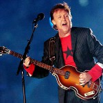 Paul McCartney uczy grać na basie