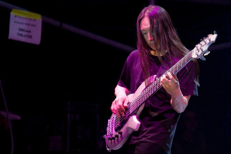 John Myung - Dream Theater, fot. by oRi0n na licencji CC BY-NC-SA 2.0